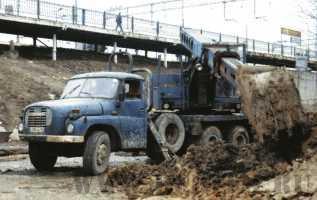 Один из последних сохранившихся в России экскаваторов UDS 110a на шасси Tatra 148, прописаных в Питере, отработал как минимум 24 года. Апрель 2004 г.